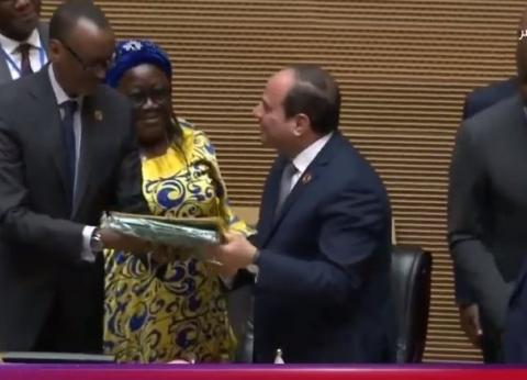 بالفيديو| لحظة تسلم الرئيس السيسي رئاسة الاتحاد الإفريقي لعام 2019