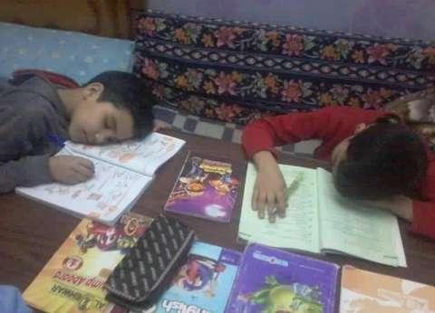 الواجبات المدرسية.. «يعملوها المدرسين وتقع فيها الأمهات»
