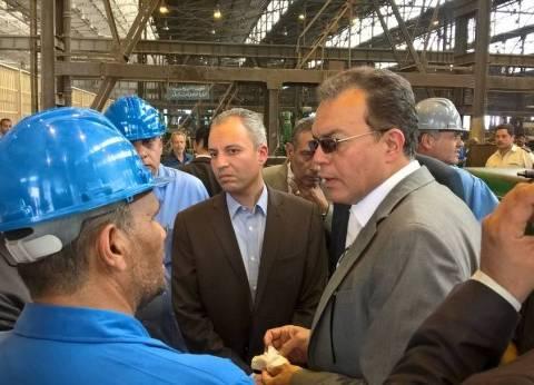 وزير النقل يتابع سير العمل بورش أبوزعبل لصيانة العربات