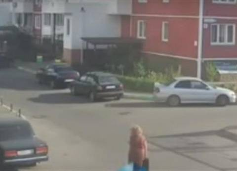 بالفيديو| نجاة امرأة بأعجوبة من انفجار سيارة بروسيا