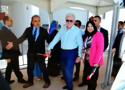 بالصور| حسين فهمي يدلي بصوته في الانتخابات الرئاسية بأبو ظبي