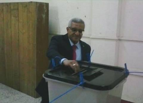 رئيس جامعة المنيا يدلي بصوته في جولة الإعادة