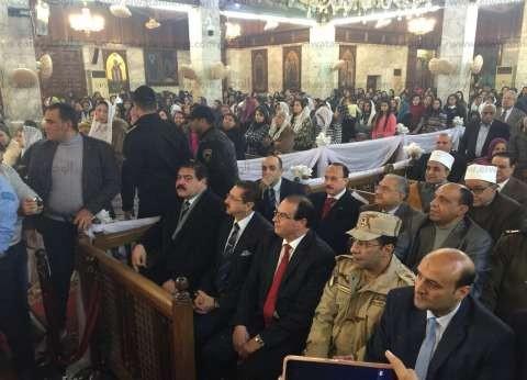 """محافظ الدقهلية في مطرانية المنصورة: """"المصريين يبحبوا الفرحة"""""""