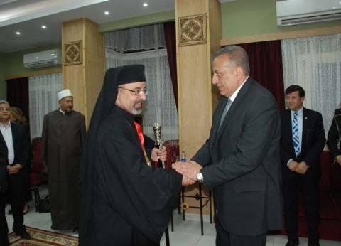 محافظ الجيزة يزور الكنيسة الكاثوليكية لتقديم العزاء في ضحايا التفجيرات