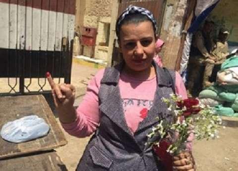 """بـ""""الورود"""" و""""السعف"""".. مسيحيون يصوّتون في الاستفتاء: جينا عشان مصر"""