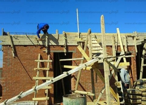 بالصور| رئيس مدينة دسوق يتصدى لبناء مخالف ويتحفظ على المعدات