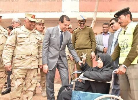 """محافظ أسيوط يرافق """"سبعينية"""" إلى لجنتها الانتخابية للإدلاء بصوتها"""