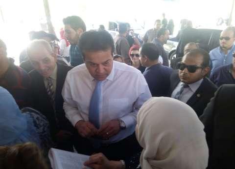 وزير التعليم العالي يتفقد منافذ الشهادات العربية بمعامل جامعة القاهرة