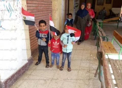الثلاثة يحبون السيسي.. الصغار محمد وأحمد ومحمود شاركوا في الانتخابات
