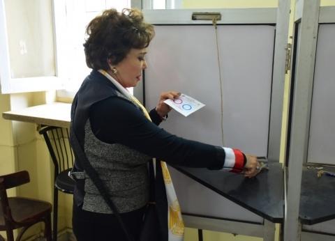 لبلبة: سعيدة بمشاركتي في الاستفتاء.. وبتمنى ربنا يحفظ مصر