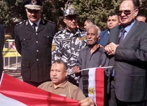 مدير أمن الجيزة يلتقط صورا تذكارية مع الناخبين خلال جولة تفقدية يالهرم