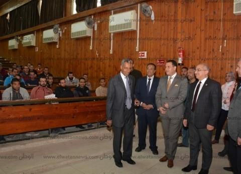 بالصور| رئيس جامعة أسيوط يتابع انتظام الدراسة بالكليات