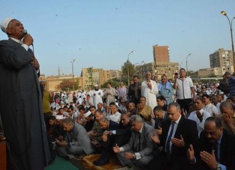 """محافظ المنيا يؤدي صلاة العيد مع مئات المواطنين بمدرسة الفريق """"أبوشناف"""""""