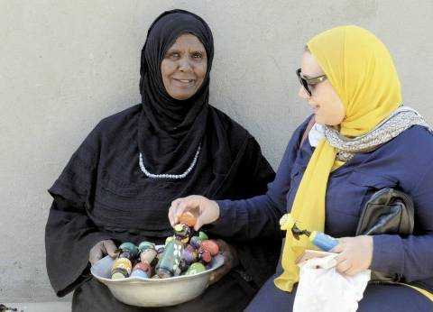 «دهيبة»:«بعمل مشغولات يدوية ومابستغلش السياح»