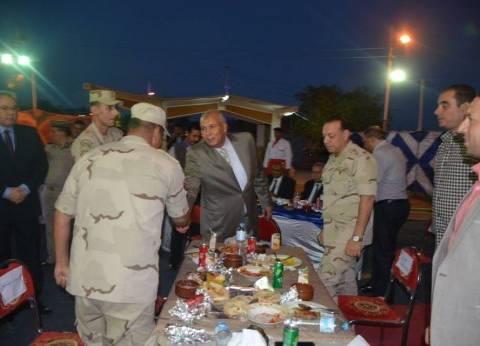 محافظ الوادي الجديد يشارك ضباط وأفراد قوات الأمن إفطارا جماعيا