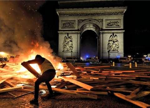 """بالصور  القصة الكاملة لاحتجاجات فرنسا.. """"السترات الصفراء"""" تشعل عاصمة الجمال"""