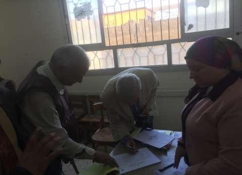 وكيل وزارة التعليم بالقليوبية يدلي بصوته في بنها