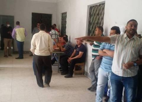 بالصور| اعتصام العاملين بإدارة مياه الشرب بالعاشر للمطالبة بمستحقاتهم