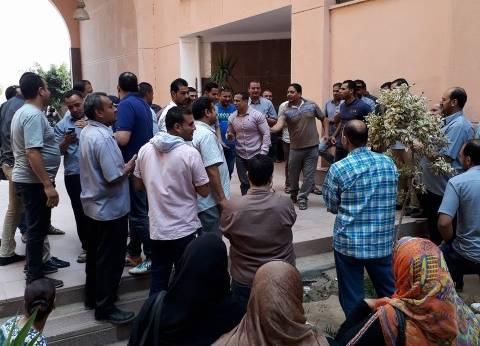 أفراد أمن المستشفى الجامعي بشبين الكوم يواصلون إضرابهم لليوم الثاني