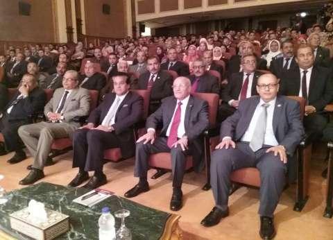 """""""العصار"""" و """"عبد الغفار"""" يكرمان طلاب الأكاديمية المصرية للهندسة"""