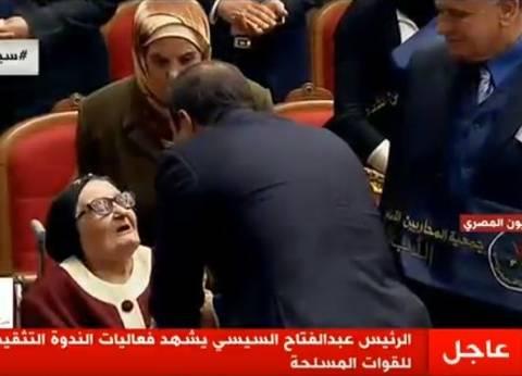 بالصور  السيسي يلبي طلب والدة شهيدين عمرها 100 عام