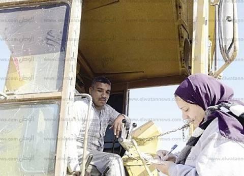 «حسين» سائق لودر: «مهمتى تقليب أرض الممر وإعدادها لسباق الجِمال»