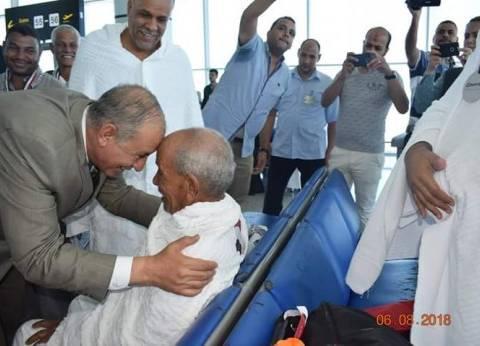 """حجاج القرعة بالبحر الأحمر يغادرون مطار الغردقة..والمحافظ: """"ادعوا لمصر"""""""