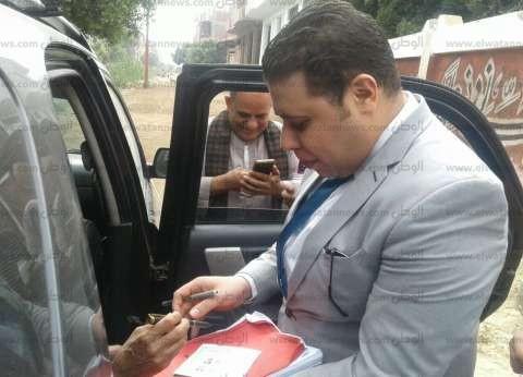 رئيس لجنة بأسيوط يخرج لمسن مريض للإدلاء بصوته في الانتخابات الرئاسية