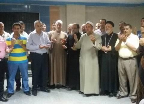 """قساوسة ومشايخ يصلون للأطفال المرضى في مستشفي بالمنيا: """"معا لتنمية مصر"""""""