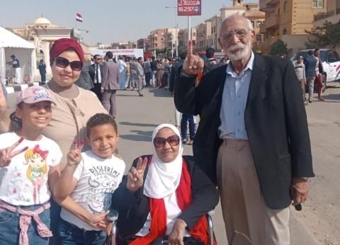 بالصور| نورهان وزوجها مع الابنة والأحفاد.. بورتريه أسري في لجان التجمع