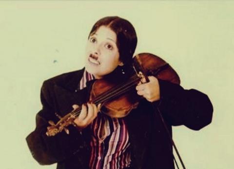 بعيد عن التمثيل.. الوجه الآخر لـ إسعاد يونس مغنية وكاتبة ساخرة
