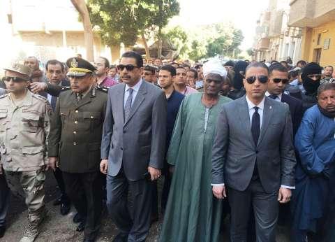 """محافظ سوهاج يتقدم جنازة عسكرية لـ""""كرم محمد"""" شهيد حادث الشيخ زويد"""