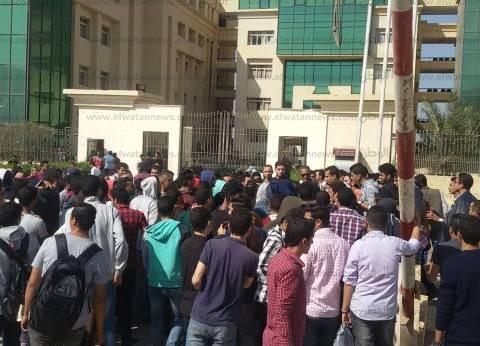 طلاب جامعة النهضة يغلقون الأبواب ويعتصمون احتجاجا على زيادة المصروفات