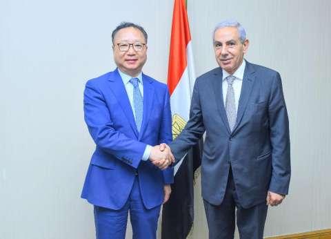 وزير الصناعة يبحث مع 50 شركة نسيج صينية فرص الاستثمار في مصر