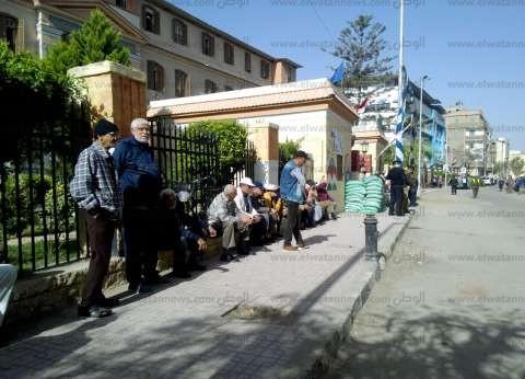 العشرات أمام اللجان الانتخابية بالعياط وأوسيم في الجيزة