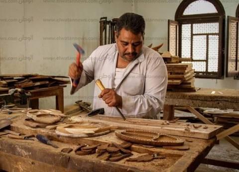 النحت على خشب السرسوع: بدأه نحات فرنسى وأتقنه الأقباط.. و«فاروق»: نزرع أشجاراً جديدة حتى لا تنقرض الحرفة