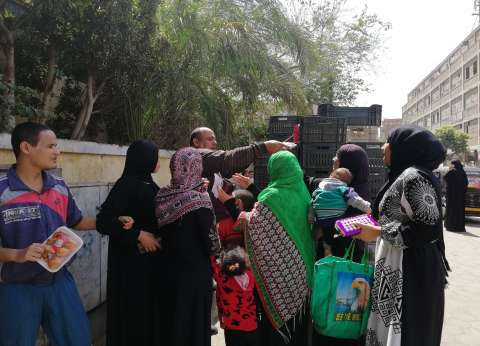 """الحاج محمد يوزع وجبات أمام اللجان: """"رحمة ونور على والدي ووالدتي"""""""