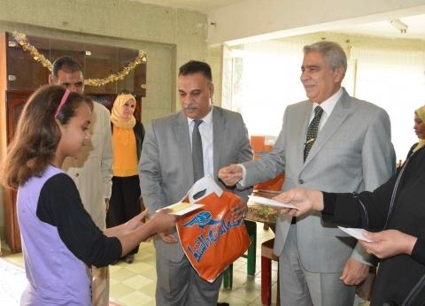 محافظ المنيا يهنئ أطفال مؤسستي البنين والبنات بعيد الفطر المبارك