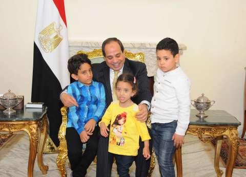 بالصور| السيسي يستقبل أهالي شهيدي سيناء في الاتحادية