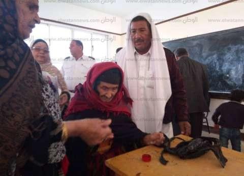 """""""فُجرة"""" ثاني معمرة بعد الإدلاء بصوتها السلوم: ألبي نداء الوطن"""