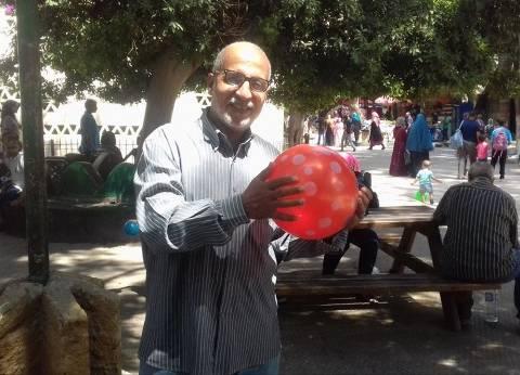 الكبار أيضاً يستمتعون بالعيد.. «لعب وجرى ومراجيح»: طلّع الطفل اللى جوّاك
