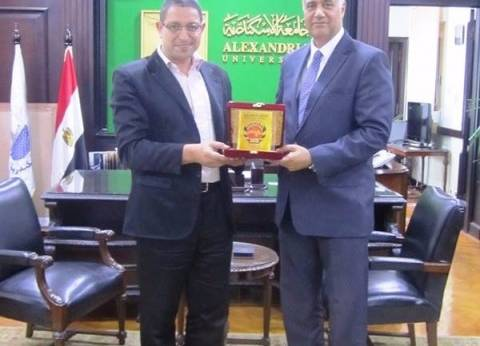 رئيس جامعة الإسكندرية يستقبل الفائز بجائزة البحث العلمي