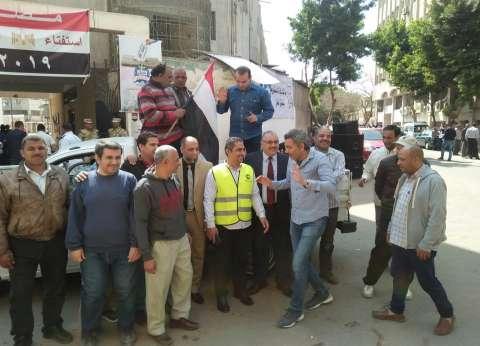 """على """"عربة نقل"""".. عمال يشاركون في استفتاء الدستور"""