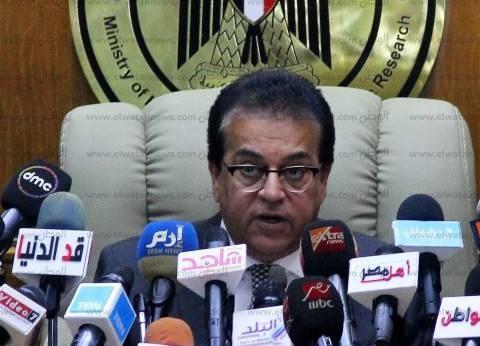 """وزير التعليم العالي يشارك طلاب جامعة أسيوطمراسم """"تحية العلم"""""""