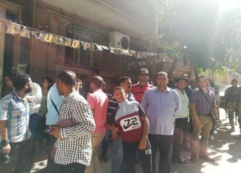 العشرات يشاهدون عملية نقل التابوت الأثري في الإسكندرية