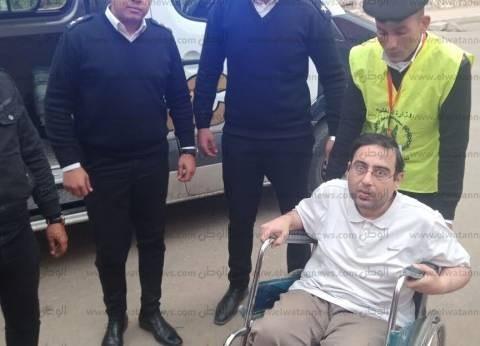 قوات الأمن تنقل مواطنا يعاني من شلل كلي للجنته الانتخابية للتصويت