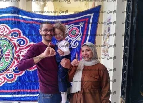 """""""مليكة"""" تصطحب والديها للاستفتاء.. ووالدتها: """"جينا عشان الاستقرار"""""""
