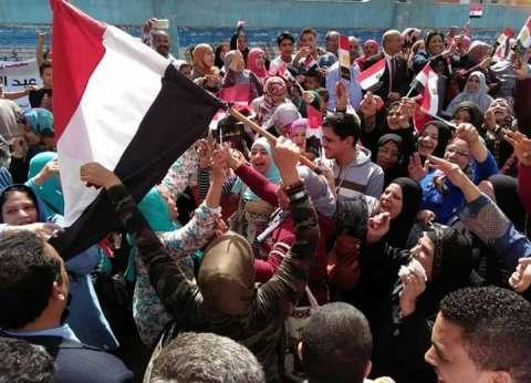 بالفيديو والصور| لافتات ورقص وهتافات المصريين أمام اللجان الانتخابية