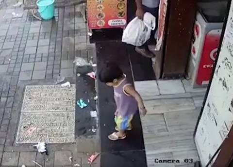 بالفيديو| لحظة خطف طفلة بالقرب من والدها