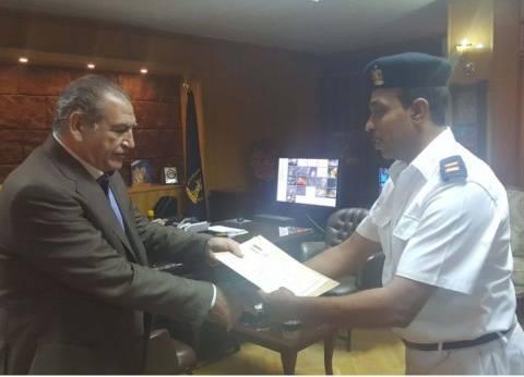 مدير أمن السويس يكرم رقيب شرطة لكفاءته الأمنية